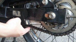 Rawatlah rantai motor anda agar tidak mengalami kendor dan cepat aus.