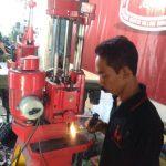 Peserta Dari Bontang Kalimantan Timur Sedang Melakukan Boring Silinder Menggunakan Mesin Korter