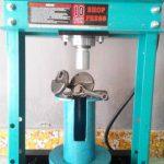 Proses Pemasangan Boring Kedalam Blok Mesin Menggunakan Mesin Pres Di Kursus Korter NBS Jogja